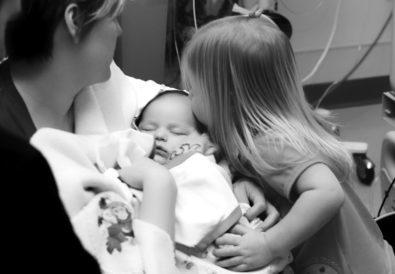 Γιατί δεν πρέπει να φιλάμε το μωράκι μας στο αυτί